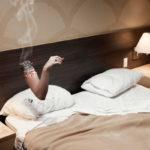 Курить в постели