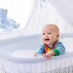 Малыш в детской кроватке