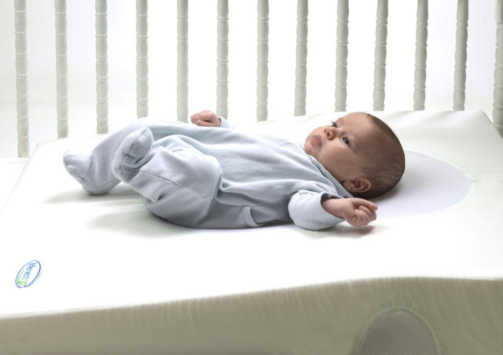 Новорожденный Малыш на матрасе
