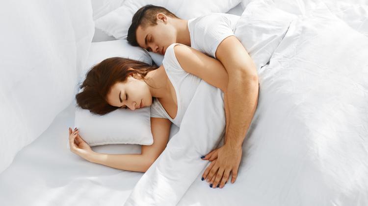 фото Спит в Кровати