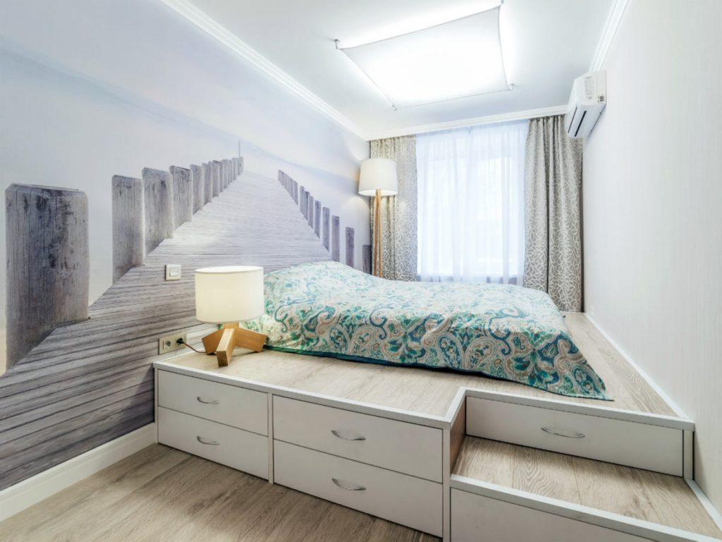 Комната с подиумом с кроватью