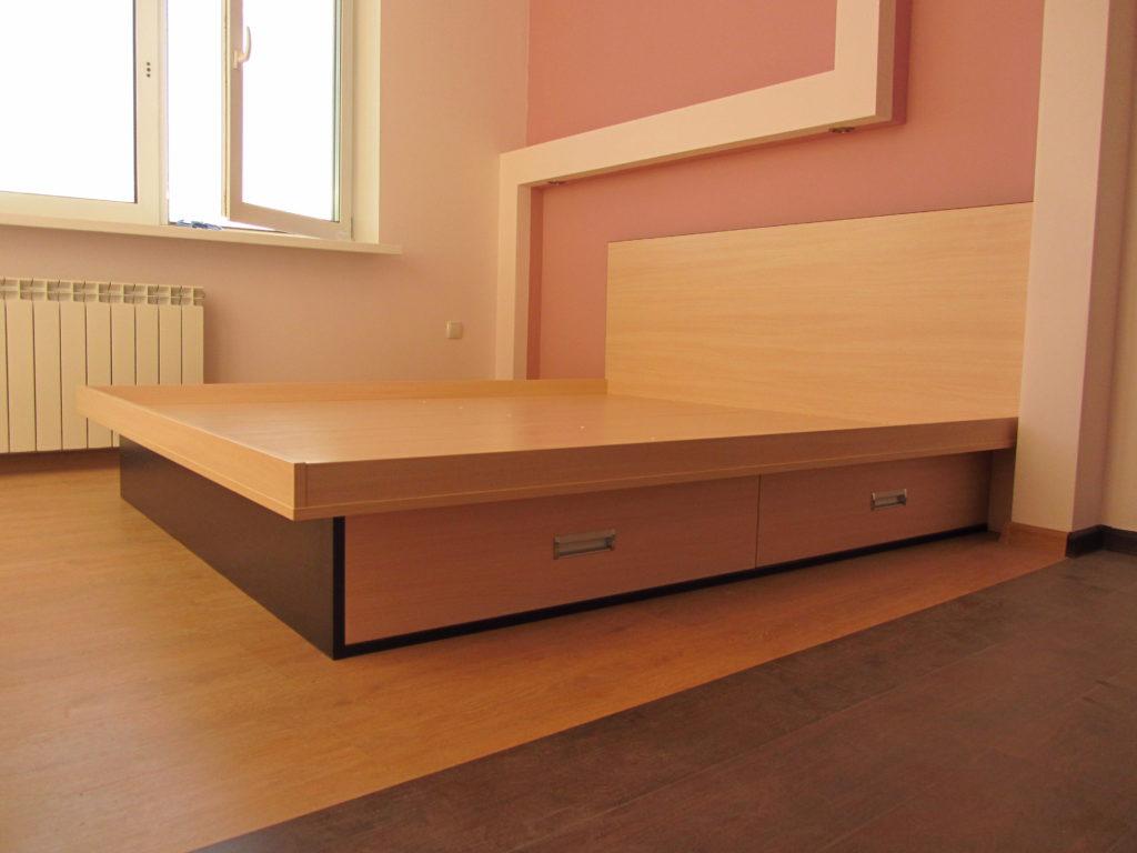 Кровать на подиуме с ящиками фотография