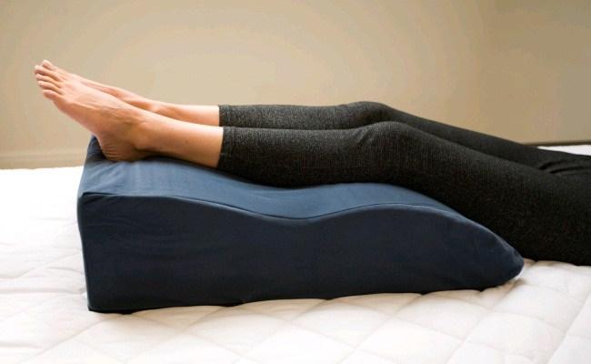 Ортопедическая подушка под ноги фото