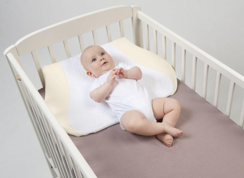 Наклонная подушка для новорожденных фото