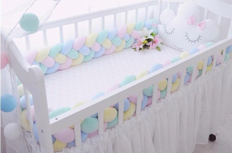 бортик в детской кроватке из подушек узлом