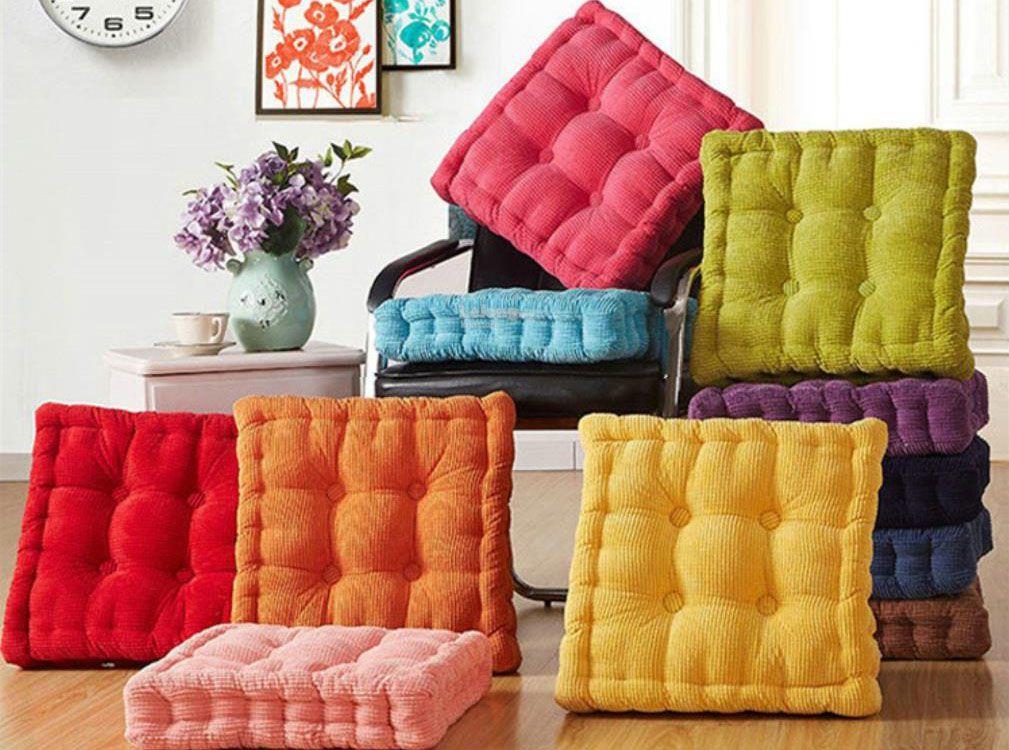 разноцветные подушки на пол