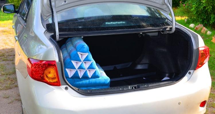 треугольная подушка в автомобиле